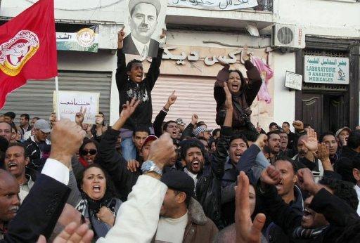 Des personnes manifestent le 4 décembre 2012 devant le siège de l'Union générale tunisienne du travail à Tunis AFP Khalil