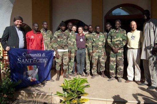 Photo fournie le 9 décembre 2012 par la Communauté Sant' Egidio montrant un groupe d'otages (six militaires, un gendarme et un civil) libérés par les rebelles en Casamance Communauté Sant'Egidio/AFP