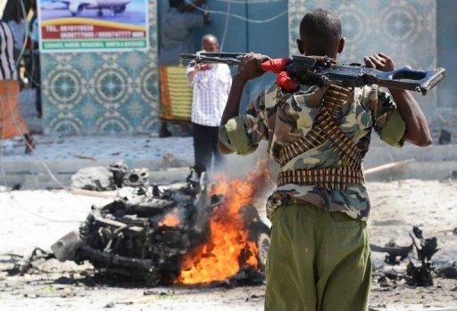 Un soldat somalien sur les lieux de l'explosion d'une voiture piégée à Mogadiscio, le 14 décembre 2012 AFP Mohamed Abdiwahab