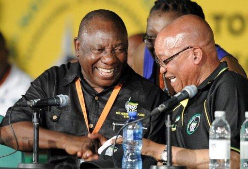 Le président sud-africain Jacob Zuma (D) et Cyril Ramaphosa, nouveau numéro 2 de l'ANC, le 18 décembre 2012 à Bloemfontein AFP Stephane de Sakutin