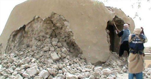 Capture d'écran d'une vidéo datée du 1er juillet 2012 d'islamistes détruisant un ancien sanctuaire à Tombouctou AFP/Archives