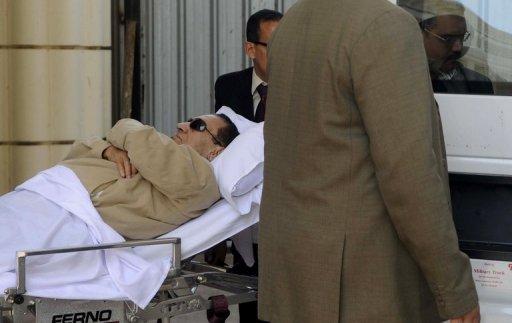 Hosni Moubarak transporté en ambulance à l'issue de son procès le 2 juin 2012 au Caire AFP/Archives