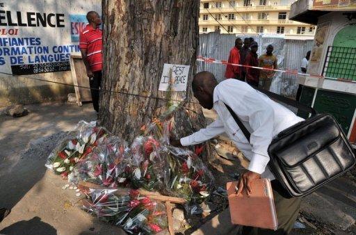 Des fleurs déposées le 2 janvier 2013 à Abidjan en hommage aux victime d'une bousculade survenue la veille AFP Issouf Sanogo