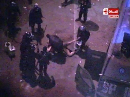 Capture d'écran d'Al Hayat TV montrant la police anti-émeutes tabassant un homme nu au Caire, le 1er février 2013 Al Hayat TV/AFP