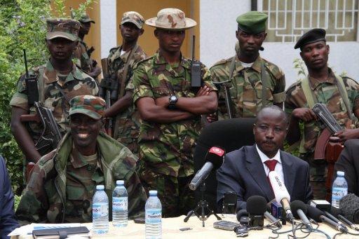 Le chef politique du M23, Jean-Marie Runiga (d), lors d'une conférence de presse, le 3 janvier 2013 à Bunagana, en RDC AFP/Archives Isaac Kasamani