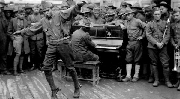 Un homme divertit les autres en dansant sur des patins à roulettes, Bordeaux. Photographie de l'armée américaine, 1918 © NARA