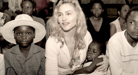 Image «officielle», fournie à Reuters le 13 avril, de Madonna tenant l'enfant qu'elle espérait adopter. Tom Munro/Warner Bros