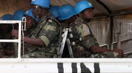 Patrouille onusienne dans les rues d'Abidjan, le 17 décembre 2010. REUTERS/Luc Gnago