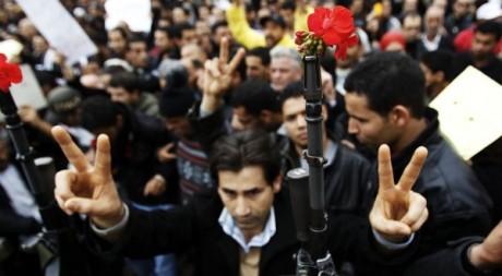 Un soldat contient des manifestants à Tunis, le 20 janvier 2011. REUTERS/Finbarr O'Reilly