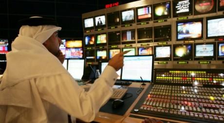 Un producteur derrière la console, au siège d'Al Jazeera à Doha, Qatar, le 30 novembre 2005. REUTERS/Caren Firouz