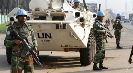 Casques bleus de l'ONU en patrouille à Abidjan, le 27 décembre 2010. (REUTERS/Luc Gnago)