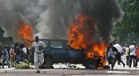 Une voiture incendiée dans les rues de Kinshasa. REUTERS / Finbarr O'Reilly