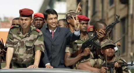 Andry Rajoelina se dirige vers le Palais présidentiel. REUTERS / Siphiwe Sibeko