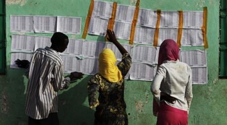 Des Soudanaises cherchent leur nom sur les listes électorales à Malakal. REUTERS/Finbarr O'Reilly