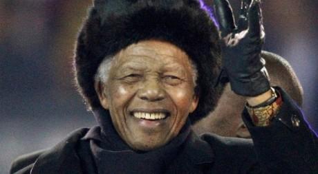 Nelson Mandela salue la foule pendant la cérémonie de fermeture de la Coupe du monde 2010 à Johannesburg. REUTERS/Michael Kooren