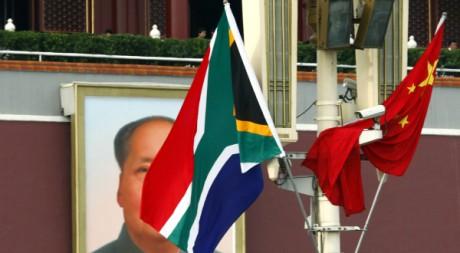 Le drapeau sud-africain flotte aux côtés du drapeau chinois et d'un portrait de Mao à Pékin place Tian'anmen. REUTERS/David Gray