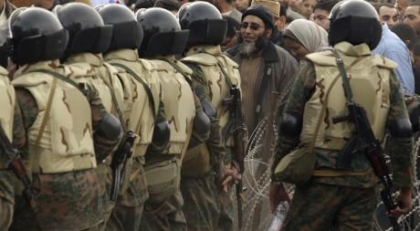 Des forces de l'ordre égyptiennes sur la place Tahrir le vendredi 4 février 2011. REUTERS/Suhaib Salem