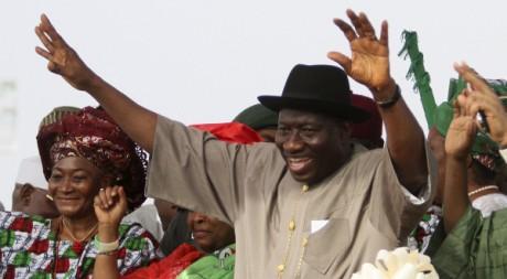 Goodkuck Jonathan salue la foule pour le lancement de sa campagne à Lafia, Nigeria, le 7 février 2011. REUTERS/Afolabi Sotunde