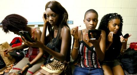 Des mannequins se préparent pendant la fashion week, à Dakar, le 16 juillet 2006. REUTERS/Finbarr O'Reilly