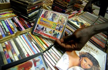 Le gérant d'une boutique montre le DVD pirate d'une sitcom burkinabè, à Ouagadougou, Burkina Faso. REUTERS/Katrina Manson