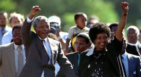 Nelson Mandela à sa sortie de prison, avec sa femme Winnie Mandela, le 11 février 1990. REUTERS/Ulli Michel