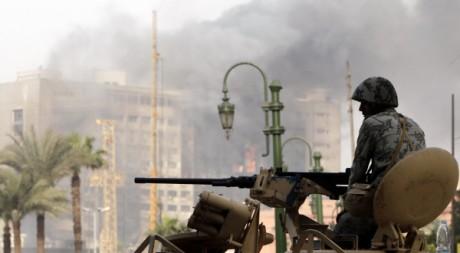 Un soldat égyptien devant le siège du Parti national démocrate en feu, au Caire, le 29 janvier 2011. REUTERS/Amr Abdallah Dalsh