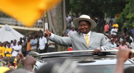 Le président Yoweri Museveni arrive à Kampala pour un meeting de campagne, le 14 février 2011. REUTERS/James Akena