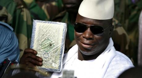 Le président gambien Yahya Jammeh pose avec un Coran à Banjul, Gambie, le 22 septembre 2006. REUTERS/Finbarr O'Reilly