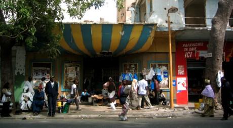 Un cinéma désaffecté à Dakar, le 10 janvier 2007, by Ji-Elle [Public domain] via Wikimedia Commons