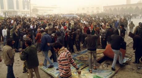 Des manifestants dans la ville portuaire de Tobruk, Libye, le 20 février 2011. REUTERS/Stringer