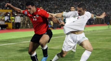 L'Egyptien Zaki et  l'Algérien Yahia lors du match de qualif au Mondial 2010 à Khartoum le 18 nov 09. REUTERS/Amr Abdallah Dalsh