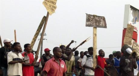 Des manifestants devant une station d'essence pillée à Douala, Cameroun, le 27 février 2008. REUTERS/Talla Ruben