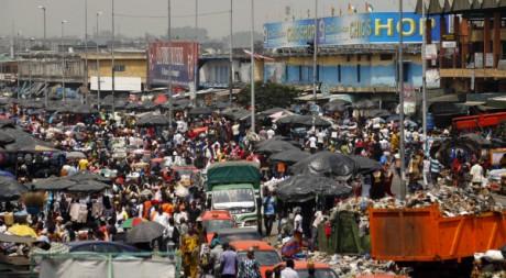 Le boulevard Nangui Abrogoua dans le quartier d'Adjame, à Abidjan, le 9 février 2011. REUTERS/Thierry Gouegnon
