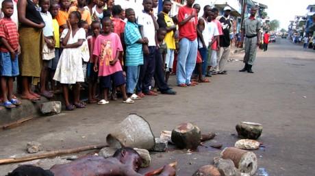 Accusé de vol, cet homme a été battu à mort par la foule à Monrovia. Reuters
