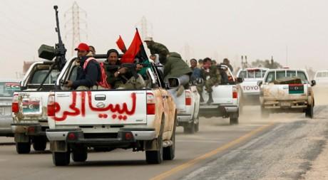 Le 15 mars, les opposants fuient Ajdabiya, pilonnée par les troupes de Kadhafi. ©REUTERS/Goran Tomasevic