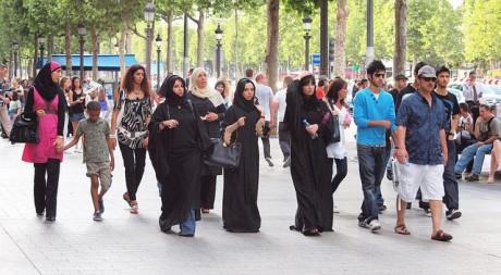 Sur les Champs-Elysées, à Paris, en juillet 2010, by zoetnet via Flickr CC