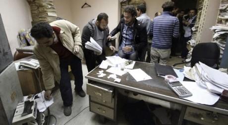 Fouilles dans les bureaux de la Sécurité d'Etat égyptienne, le 5 mars. Reuters/Mohamed Abd El Ghany