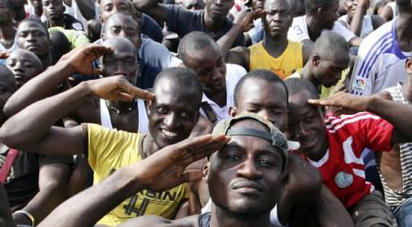De jeunes supporters de Gbagbo venus s'enrôler dans l'armée, le 22 mars 2011. REUTERS/Luc Gnago