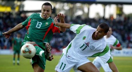 Kharja (Maroc) et Boutabout (Algérie) se disputent la balle en quart de finale lors de la CAN 2004 à Sfax. REUTERS/Radu Sigheti