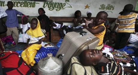 A la gare routière d'Abidjan, des citadins attendent le bus pour fuir la violence. Reuters/Luc Gnago