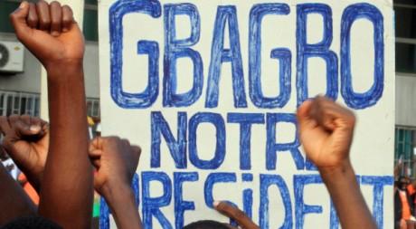 Des supporters de Gbagbo dans le quartier du Plateau, à Abidjan, le 26 mars 2011. REUTERS/Thierry Gouegnon