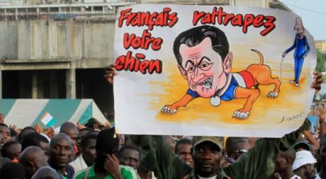 Une pancarte anti-Sarkozy à un rassemblement de supporters de Laurent Gbagbo, à Abidjan, le 26 mars. REUTERS/Thierry Gouegnon
