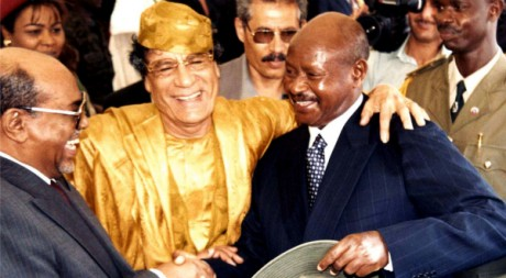 Omar el-Béchir, Mouammar Kadhafi et Yoweri Museveni, le 12 mai 2001. REUTERS/STR New