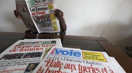 Journaux d'Abidjan le 14 mars 2011. Reuters/Thierry Gouegnon