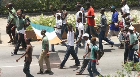 Des partisans de Laurent Gbagbo marchant vers le palais présidentiel à Abidjan, le 4 avril. Reuters/Luc Gnago
