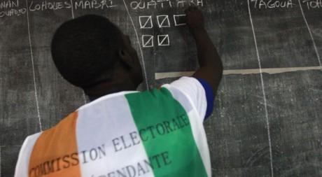 Contrôle des votes dans un bureau de Williamsville, le 31 octobre 2010. Reuters/Thierry Gouegnon