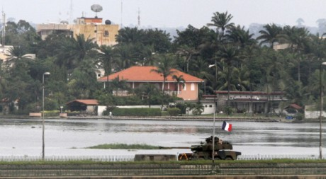 Un tank français traverse un pont d'Abidjan, le 5 avril 2011. Reuters/Luc Gnago