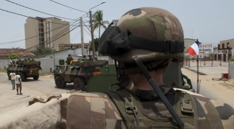 Une patrouille de véhicules de la Force Licorne à Abidjan, le 2 avril 2011. REUTERS/Ho New