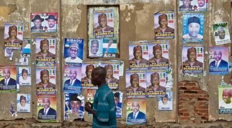 Un homme passe devant des affiches électorales, à Kano, au nord du Nigeria, le 1er avril 2011. REUTERS/STR New