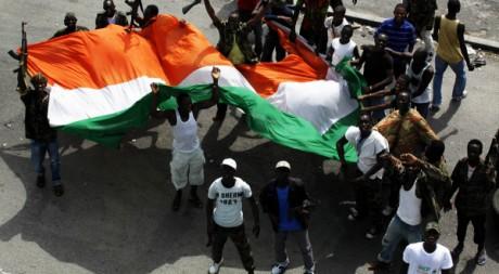 Des combattants pro-Ouattara avec le drapeau ivoirien à Abidjan, le 11 avril 2011. Reuters/Emmanuel Braun
